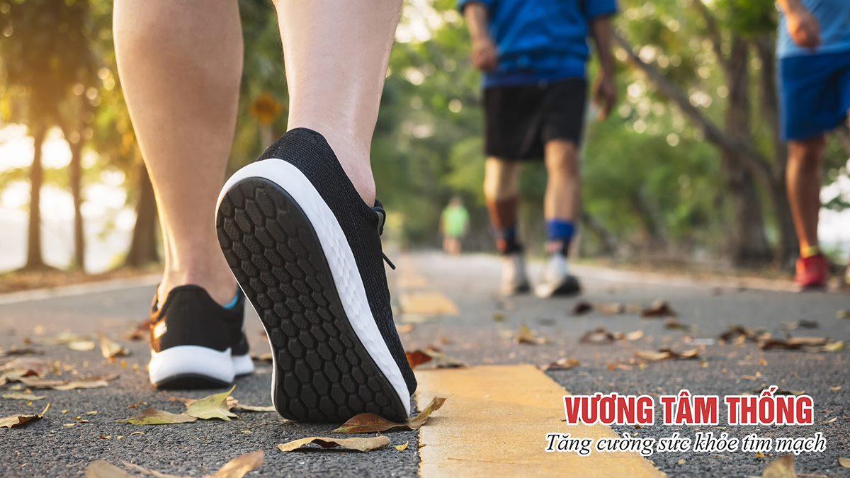 Người bị xơ vữa động mạch chi dưới cần luyện tập đi bộ thường xuyên